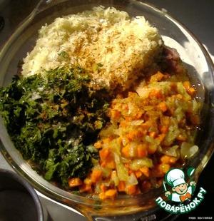 Слегка остудить поджаренные овощи, добавить к рису, мясу и зелени. Посолить, поперчить, добавить приправы. Тщательно размешать.