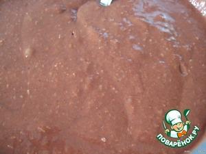 Полученную яично-молочную смесь перемешиваем с мукой (фото 2) до однородного состояния.