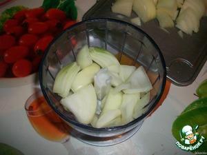 Лук мелко режем или измельчаем в блендере. Чесночок давим через чеснокодавилку.