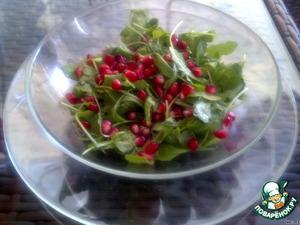Put the salad rocket in a salad bowl, add pomegranate seeds, season with lemon juice, olive oil and salt. The salad is ready! Bon appetit!