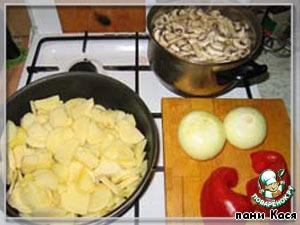 Шампиньоны моем, режем и заливаем на 10 минут кипятком. Картошку нарезаем произвольно, разогреваем сковородку, выкладываем (масла не очень много).