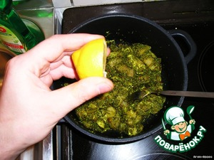 Add the meat and mix everything together, turn off the heat, squeeze the juice of half a lemon, stir again.