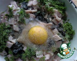 Перекрутить его на мясорубке 2 раза, добавить нарезанные маслинки, ветчину, зелень, яйцо и специи. Хорошенько вымесить и взбить. Кто то добавляет булочку, вымоченную в молоке, но не я.