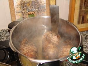 Ямс варится гораздо дольше картофеля, для сокращения процесса варки можно использовать скороварку.    Готовность ямса определяется с помощью ножа: осторожно проткнуть клубень, он должен быть мягким. Важно не переварить ямс, иначе он станет слизистым и чересчур мягким.