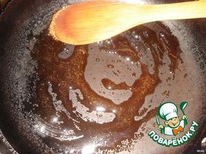 На сковороде подогреть сахар до начала плавления.
