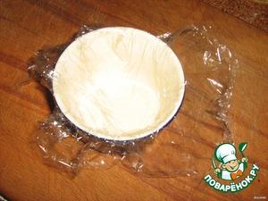 А далее следует чистая импровизация подачи к столу, можно всё уложить и в один салатник.   В формочку положить пищевую плёнку