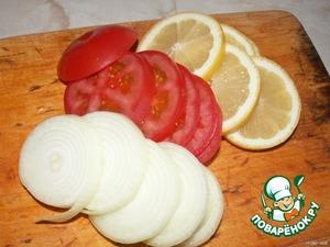 Порезать полукольцами лук, помидор и лимон.