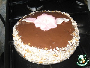 Decorate as desired. I top watered glaze 50g. chocolate and 1-2 - tbsp vegetable oil, sides smeared with cream and sprinkled with a mixture of coconut and chopped straw. Flower and leaves - made of sweets Fruitella. I had more decorations, but the child half eaten. Bon appetite!