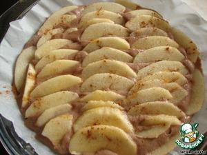 Форму застелить бумагой для выпечки. Форма маленькая, диаметр около 18-20 см. Если Вы хотите испечь большой пирог, то ингредиенты следует увеличить вдвое.   Выложить тесто, а сверху разложить яблоки. По желанию, посыпать яблоки сахаром и корицей.