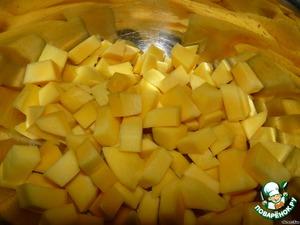 Пока курица жарится, чистим манго и нарезаем небольшими кусочками.