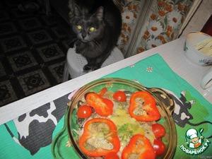 Достаем праздничное блюдо из микроволновки. Первым на аппетитный рыбный запах прибегает кот.