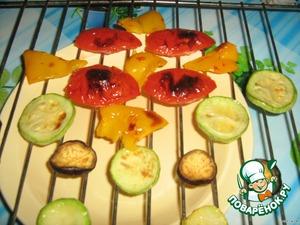 Овощи готовы. С помидора и перца снимаем кожицу.