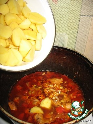 И добавить к мясу с овощами. Добавить кипятка, чтобы покрыло картофель и довести до готовности.       Готовый супчик дня украсить зеленью.