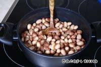Фасоль замочить на ночь или оставить на час в воде, добавив чайную ложку соды. Воду слить, залить холодной водой и варить до готовности.