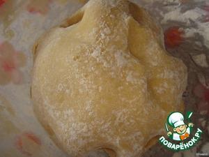 Замесить тесто: яйца взбить с сахаром (150 гр.) и смешать с размятым маргарином, добавить соду и муку. Тесто должно быть туговатым.