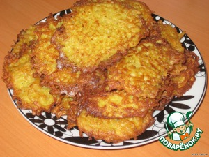 First, fry the pancakes: raw peeled potatoes RUB on a coarse grater, add the egg, salt, pepper, a little flour and fry in vegetable oil potato pancakes.