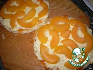 Каждый корж промазываем джемом, кремом и сверху каждого коржа кладем дольки абрикоса.