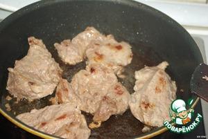 Разрежьте мясо на 4 части, отбейте    Поставьте сковороду на средний огонь    Нагрейте в ней 1 ст.л.масла    Положите чеснок, слегка обжарьте    Выньте чеснок    Отбивные положите на сковороду, обжарьте с двух сторон на среднем огне    Добавьте вино, сахар, перец, соль    Уменьшите огонь, закройте сковороду крышкой    Тушите примерно 20 минут, перевернув отбивные