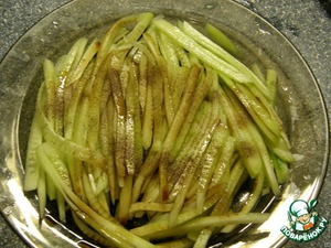 Fresh cucumber peel from skin, cut into thin strips, put in a bowl, add salt, pepper, pour balsamic vinegar and leave for a few minutes.