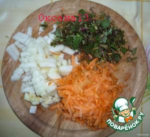 Лук нарезать кубиками, морковь натереть на крупной терке, стебельки крапивы мелко нарезать.    Обжарить сначала слегка лук, затем прибавить к нему морковь и крапиву и обжарить до мягкости моркови.