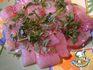 Рыбное филе нарежем на кусочки и добавим мелко нарезанный эстрагон.
