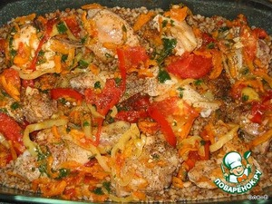 Духовку нагреть на 180 градусов.   В жаропрочную форму выкладываем гречку вместе с жидкостью, сверху кусочки курицы, сверху овощи вместе с маслом.