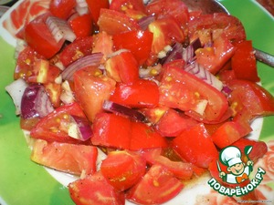 Tomatoes cut into cubes, garlic finely minced, onion cut into half rings, all mix, pepper, salt and fill with vegetable oil.