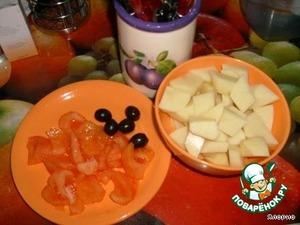 Очищаем картофель, режем его на кусочки.    Опускаем томат на пару секунд в крутой кипяток, потом сразу - в холодную воду. Теперь можно легко снять с него кожицу и нарезать помидорчик на ломтики.   Оливки режем на колечки. Их можно заменить маленьким соленым огурчиком.