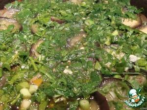 Когда овощи приготовятся, выключаем огонь и посыпаем зеленью.