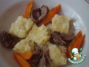 Запеканку нарезать квадратиками, мясо порезать небольшими кусочками. Все сложить в тарелку, залить бульоном, посыпать зеленью.