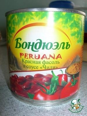 Когда овощи сварятся, перекладываем в кастрюлю обжаренную колбасу и вместе с соусом фасоль из банки.