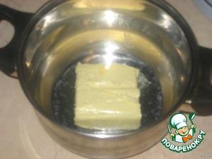 Заранее выньте сливочное масло из холодильника и поставьте в теплое место для размягчения.