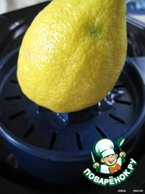 From the lemon squeezing the juice using a manual juicer so that the juice is separately