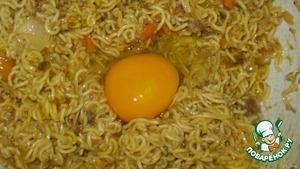 С сардинок слить масло, добавить чили, морковку, лук и вермишель. Хорошо перемешиваем.Добавляем соль, перец. По одному добавляем яйца и снова хорошенько перемешиваем.