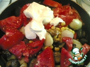 Then I got the batteries :(  Add corn (I poured the liquid).  Coarsely cut tomatoes.  Sour cream never hurt, either.   Sent the pan on the fire and simmer under the lid.