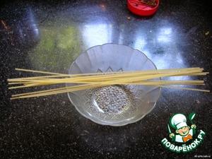 Взять мелкую вермишель. У меня спагетти. Их нужно поломать на короткие палочки.