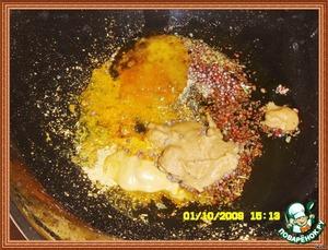 Смешать специи: растительное масло, мед, обе горчицы, соль, травы, фенхель, перец и сок лимона.