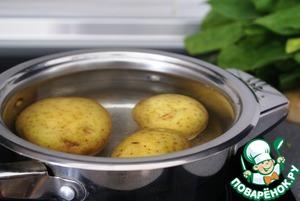 Отварить картофель в подсоленной воде. Оставить остывать.
