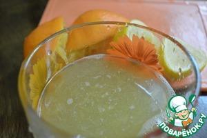 Приготовим сироп. Выжать из лимона и апельсина сок. Добавить мед и можно немного сока из под ананасов.
