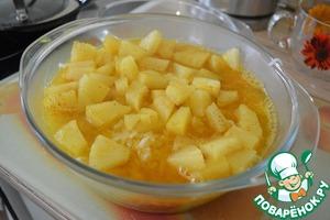 Мясо вместе с соусом переложить в форму для запекания, сверху выложить рис с ананасом, затем все залить приготовленным сиропом.