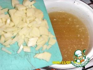 В бульон (если нет, то вода+кубик Магги, куркумы 1 ч. л.) кладем очищенную и мелко нарезанную картошку.