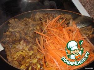 Пока варятся макароны, режем мясо соломкой 0,5*0,5*2 (3)см,   лук полукольцами и морковь как для корейской моркови.    Быстро обжариваем мясо на большом огне, солим его.    Добавляем лук и обжариваем его с мясом.    Выключаем плиту и добавляем морковку на 1-2 мин., чтобы она просто обмякла.    Добавляем нарезанный чеснок, приправы.