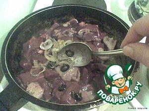 В обжаренный лук с маслинами добавляем печень. Перемешиваем.