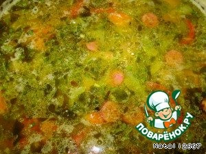 Когда картофель будет почти готов, закладываем колбаску, зажарку из овощей, лавровый лист, универсальную приправу, перчик свежемолотый, соль (если нужно) и варим минут 5.    Затем закладываем зелень. Пару минут и суп готов.    Наливаем в тарелку и посыпаем крутонами.       Приятного аппетита!