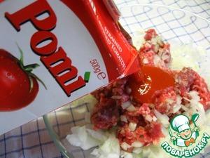Посолить, поперчить, добавить протертые помидоры Pomi, паприку и «Табаско». Всё хорошо перемешать.