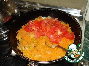 Добавить к обжаренному луку. Также прибавить помидоры, нарезанные дольками (либо томатную пасту). Потушить 2-3 минуты.