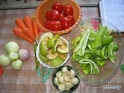 Перец помыть, порезать крупными кусками, удалив семечки, яблоки очистить от сердцевинок, чесной дольками, лук - чутвертинками.