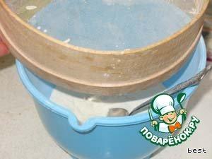 В миску просеять муку, разрыхлитель и соль.