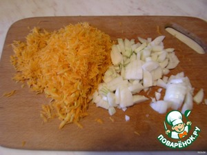 Лук порезать мелко, морковь натереть на мелкой терке.