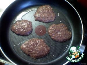 На сковороде нагреть растительное масло.    Ложкой выложить оладушки и обжаривать с двух сторон по несколько минут.